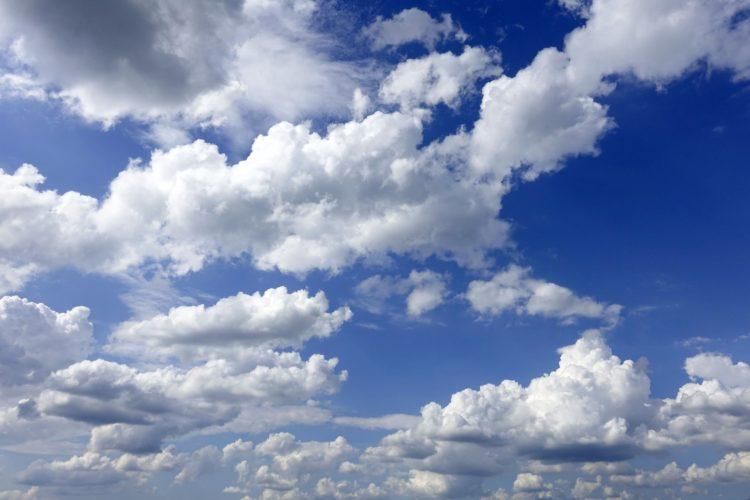 kesäinen pilvitaivas.