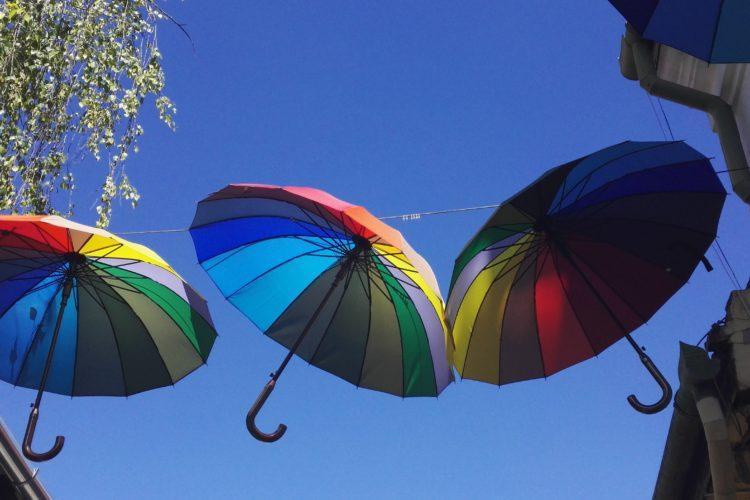 värikkäät sateenvarjot taivaalla.