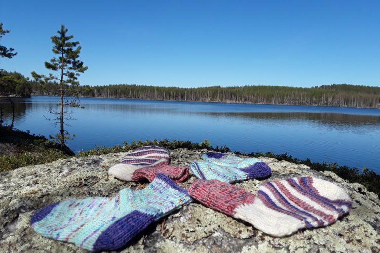 värikkäitä villasukkia kalliolla.