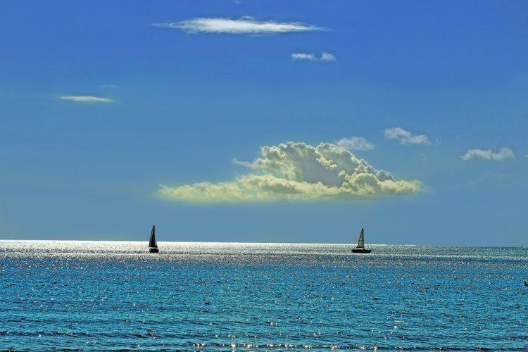 meri ja purjeveneet.