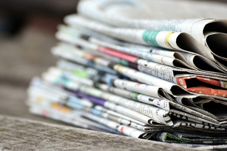 Sanomalehdet pinossa.