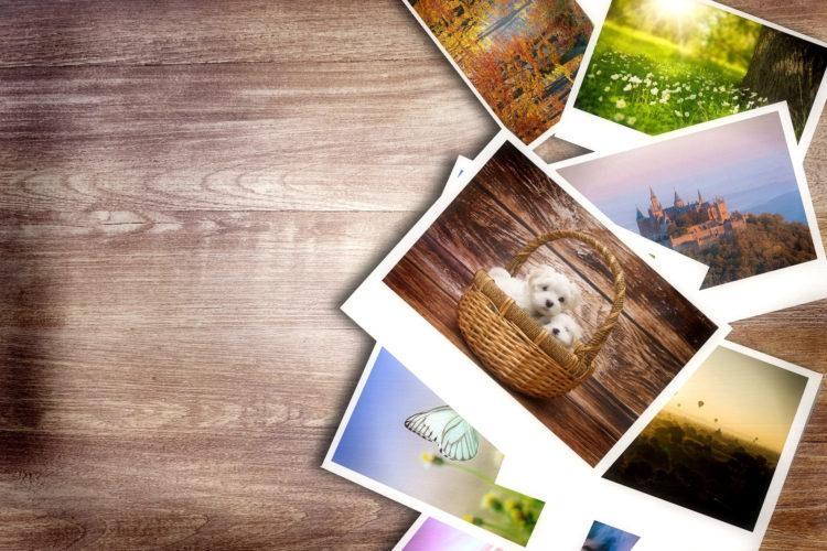 Valokuvia pöydän päällä hujan hajan.