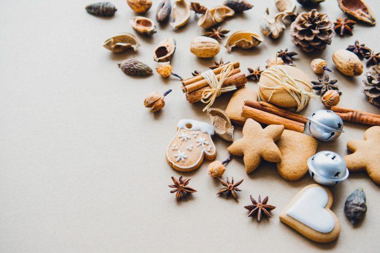 Pipareita, mausteita ja käpyjä koristellusti aseteltuna.